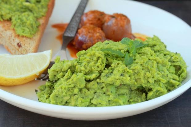 Món Caviar màu xanh lá được làm từ đậu ninh nhừ